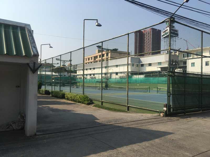 ラムカムヘン駅近くにあるテニスコート