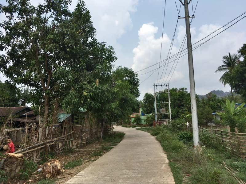 コーグン洞窟寺院への道