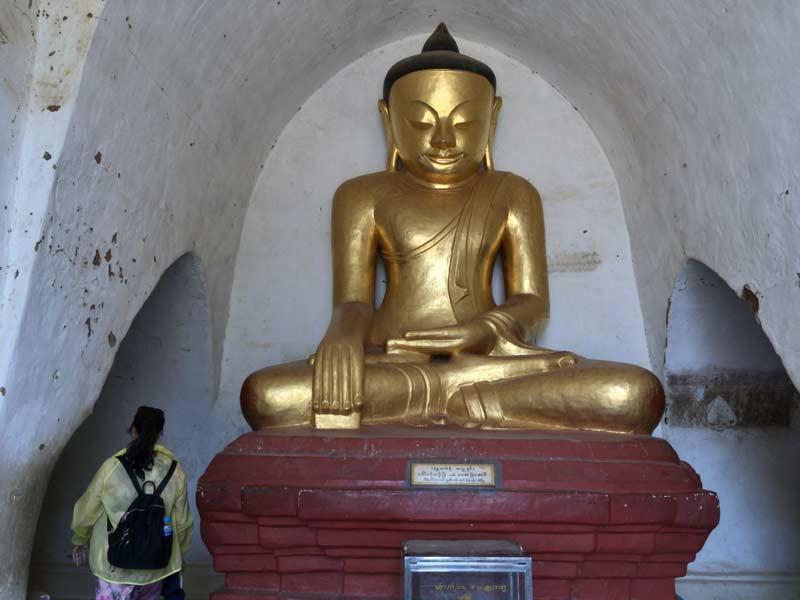 タビニュ寺院の仏像