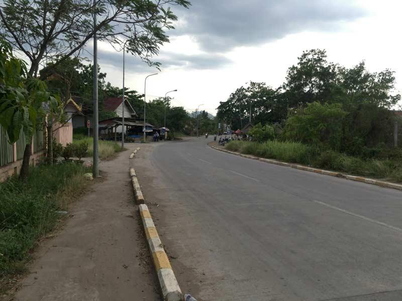 空港から街までの道