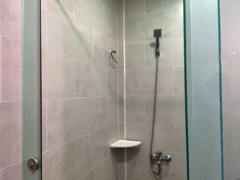 フィットネスジムのシャワー