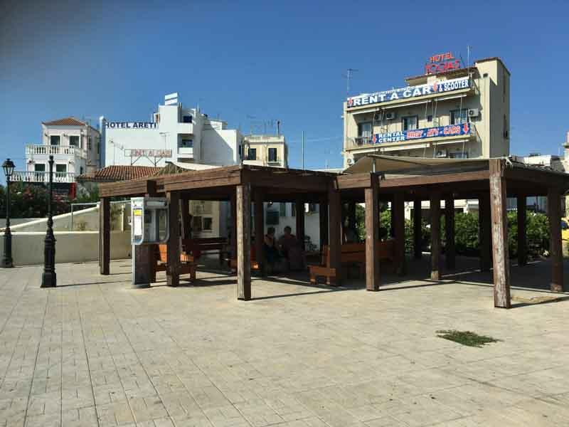 エギナ島バス停の様子
