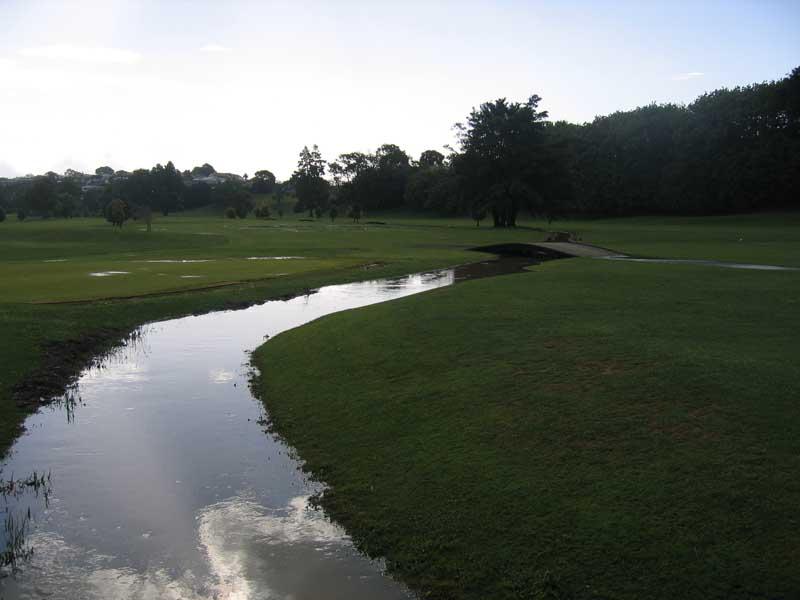 雨のゴルフコース