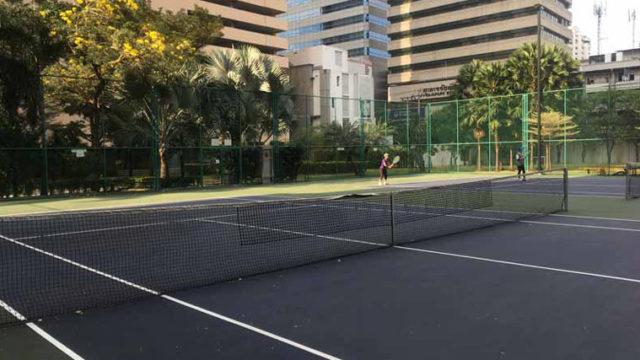 テニスコートがあるコンドミニアム